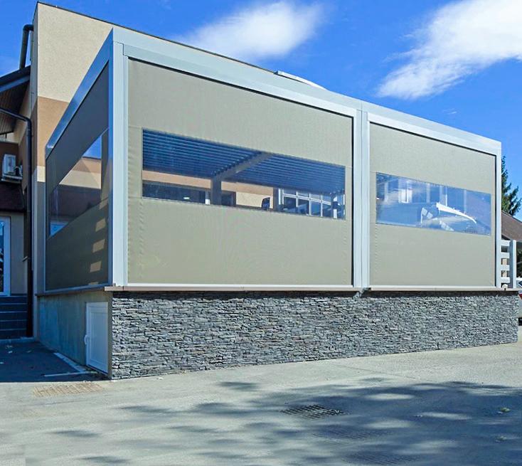 Painéis laterais de um telhado de lamelas oferecem proteção ideal contra o vento e o clima